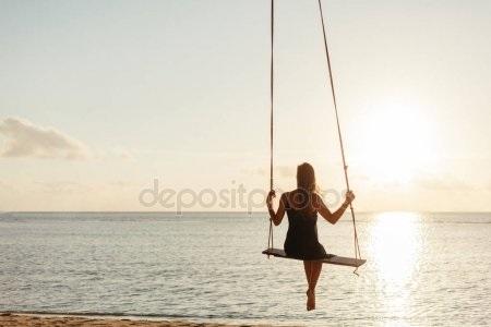 Скачать фото девушка на качелях со спины023