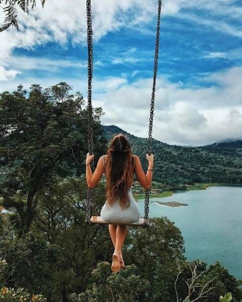Скачать фото девушка на качелях со спины025