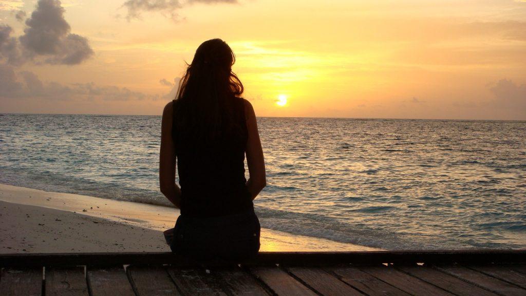 Картинки женщины на море со спины на аву