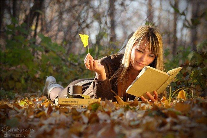 Топовые фото девушек с осенними листьями со спины (1)