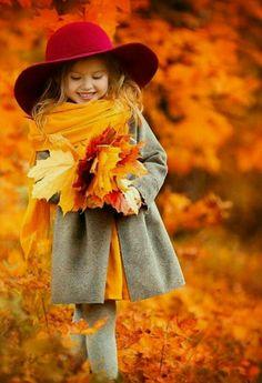Топовые фото девушек с осенними листьями со спины (10)
