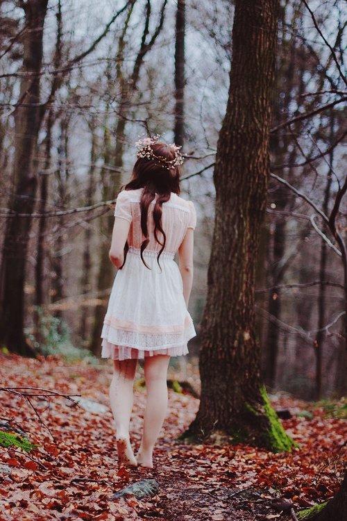 Топовые фото девушек с осенними листьями со спины (13)