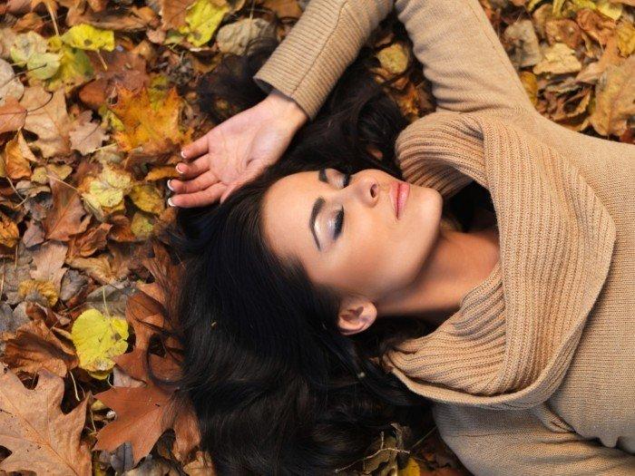 Топовые фото девушек с осенними листьями со спины (14)