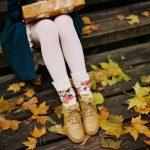 Топовые фото девушек с осенними листьями со спины