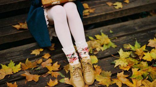 Топовые фото девушек с осенними листьями со спины (2)
