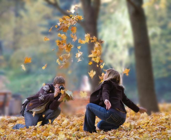 Топовые фото девушек с осенними листьями со спины (3)