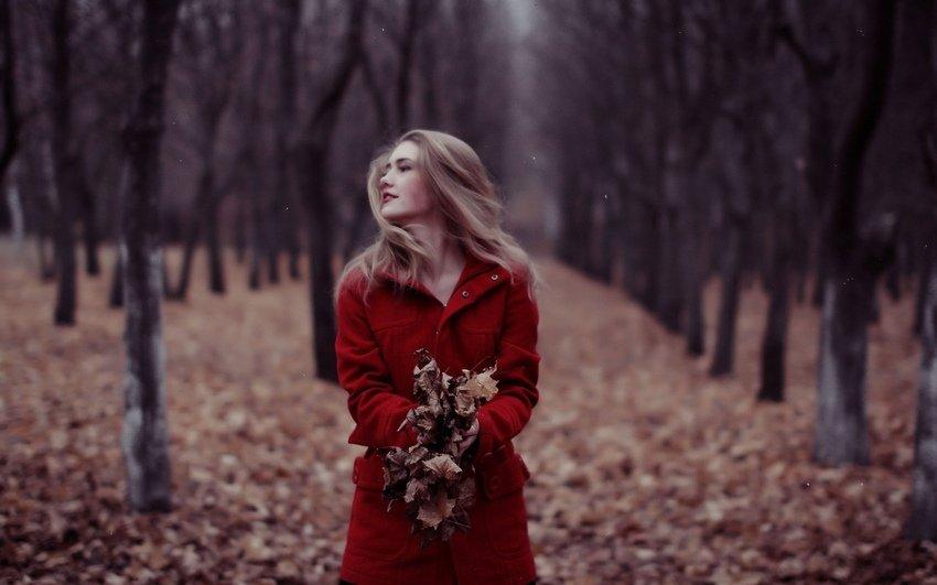 Топовые фото девушек с осенними листьями со спины (4)