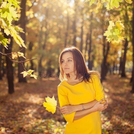 Топовые фото девушек с осенними листьями со спины (5)