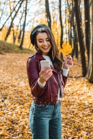 Топовые фото девушек с осенними листьями со спины (6)