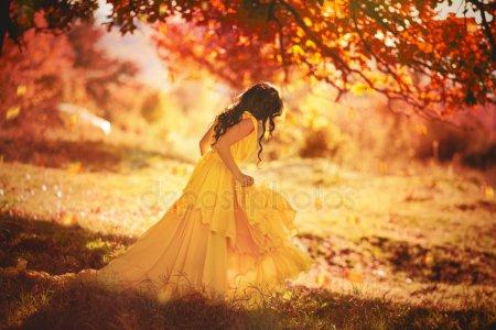Топовые фото девушек с осенними листьями со спины (8)