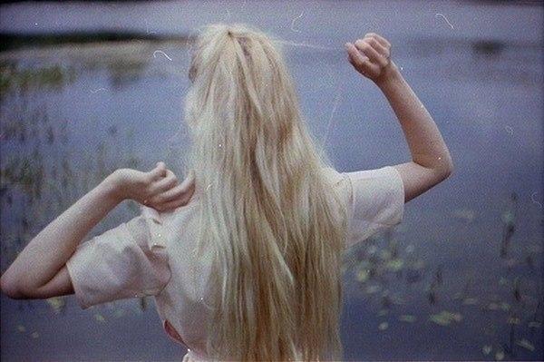 Фото блондинок со спины со средними волосами осенью001