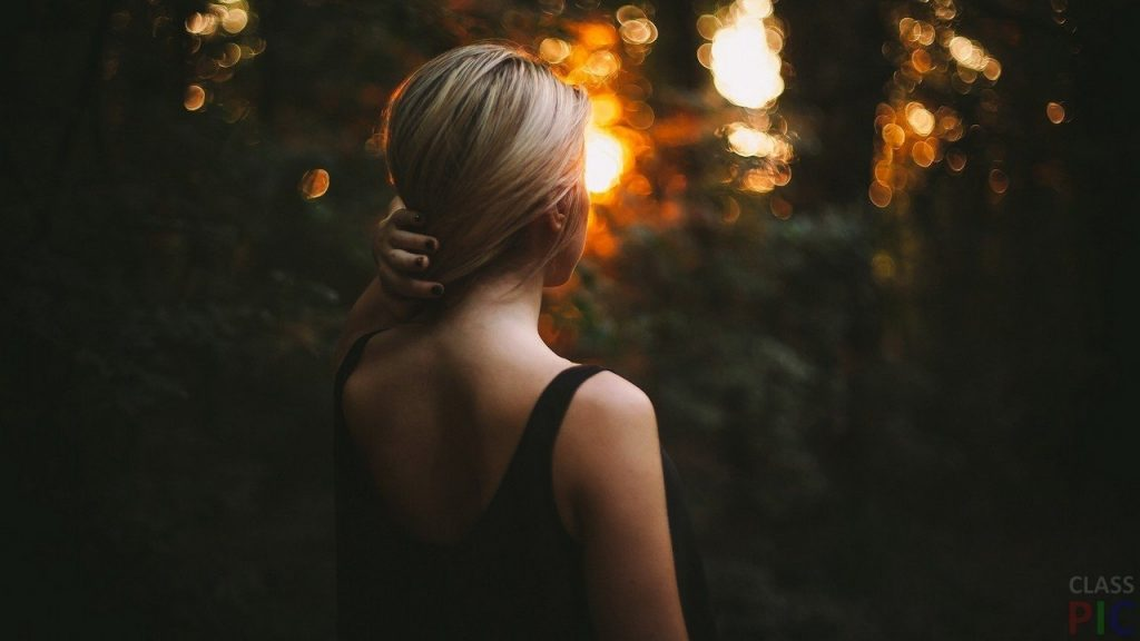 Фото блондинок со спины со средними волосами осенью004