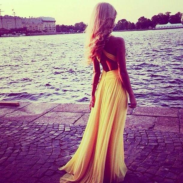 Фото блондинок со спины со средними волосами осенью012