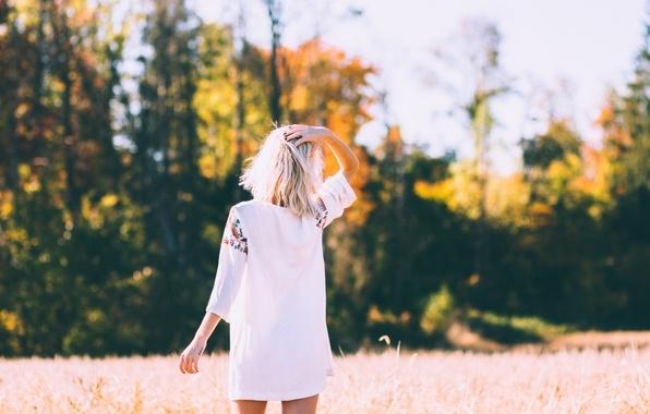 Фото блондинок со спины со средними волосами осенью016