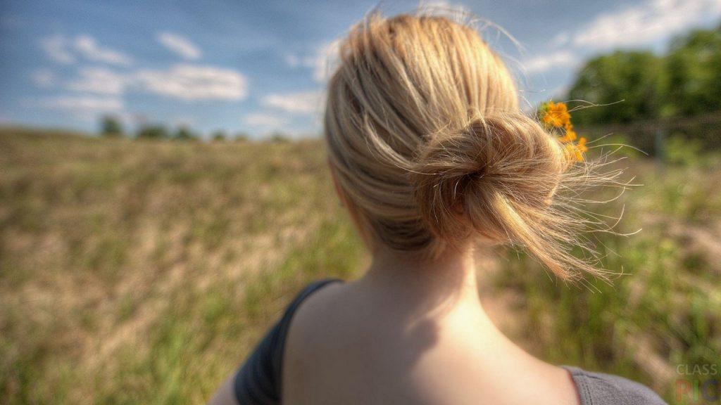 Фото блондинок со спины со средними волосами осенью019