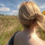 Фото блондинок со спины со средними волосами осенью