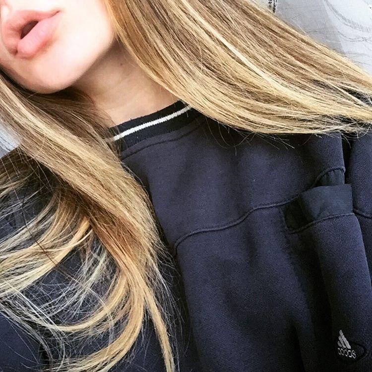 Фото на аву девушка с русыми волосами без лица003
