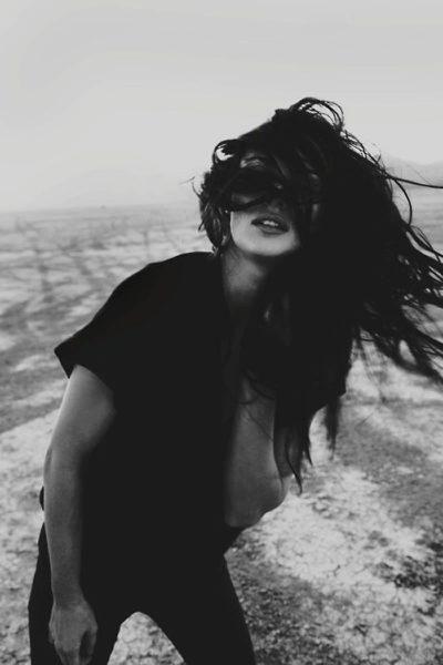 Черно-белые аватарки для девушек со спины002