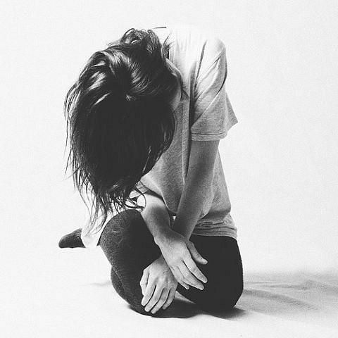Черно-белые аватарки для девушек со спины014