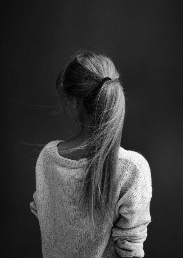 Черно-белые аватарки для девушек со спины016