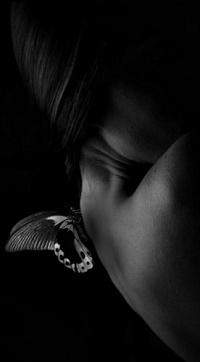 Черно-белые аватарки для девушек со спины018