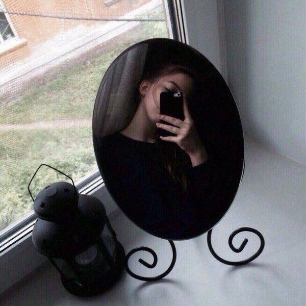 Фото девушки в зеркале на аву без лица001