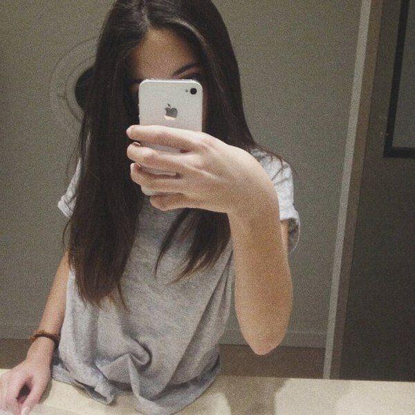 Фото девушки в зеркале на аву без лица002