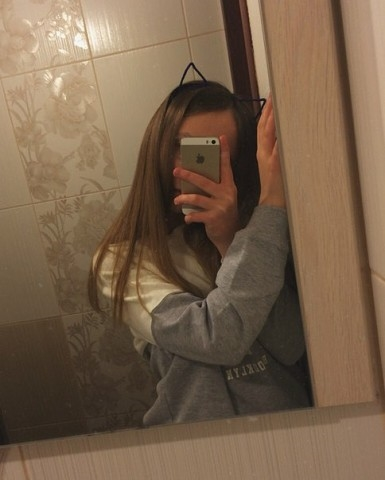 Фото девушки в зеркале на аву без лица003