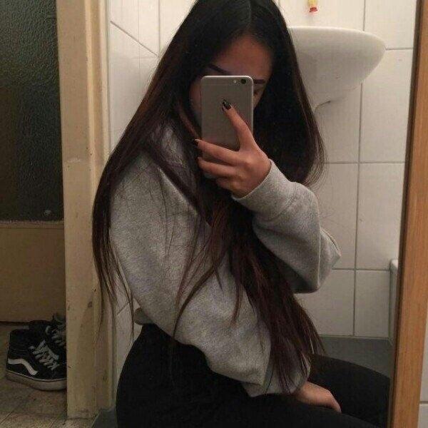 Фото девушки в зеркале на аву без лица015