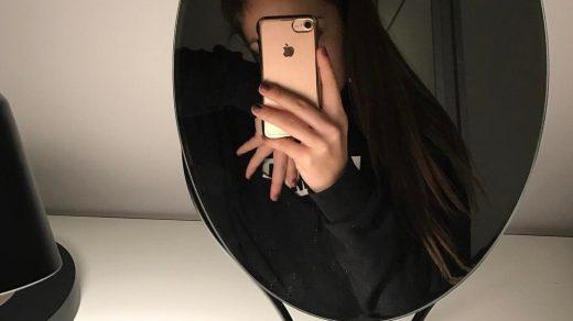 Фото девушки в зеркале на аву без лица016