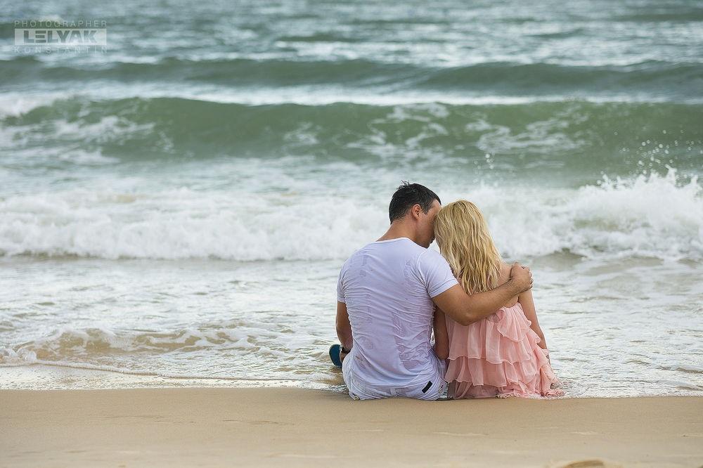 Влюбленная пара на море фото (5)