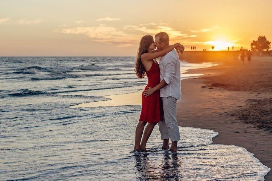 Влюбленная пара на море фото (6)