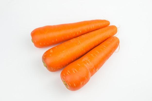 Морковь на белом фоне картинка (1)