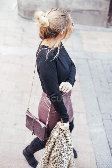 Красивое фото блондинки с боку (2)