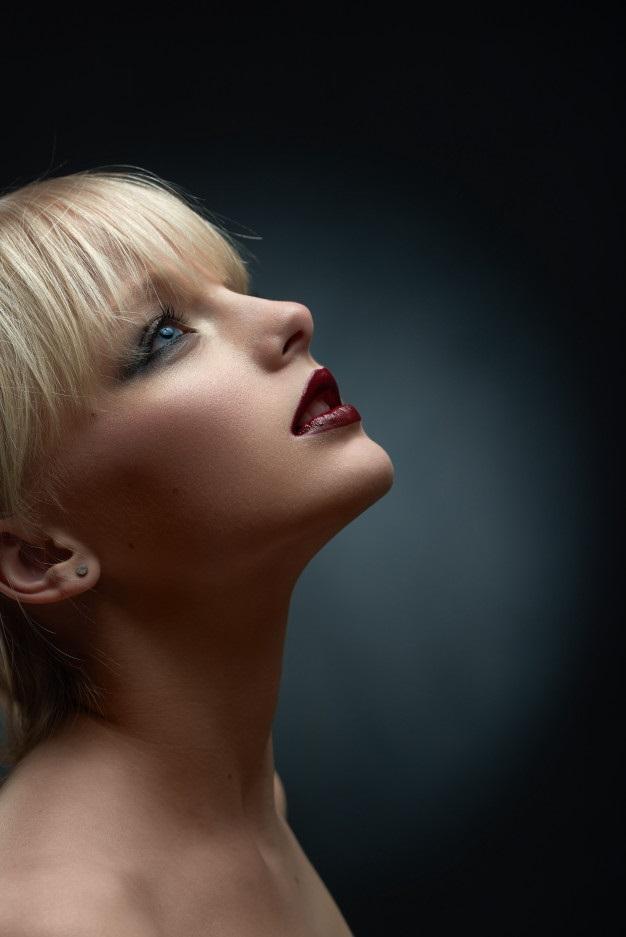 Красивое фото блондинки с боку (23)