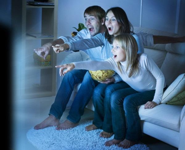 Лучшие картинки семья на диване (1)