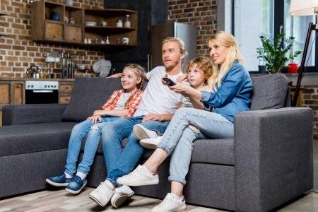 Лучшие картинки семья на диване (10)