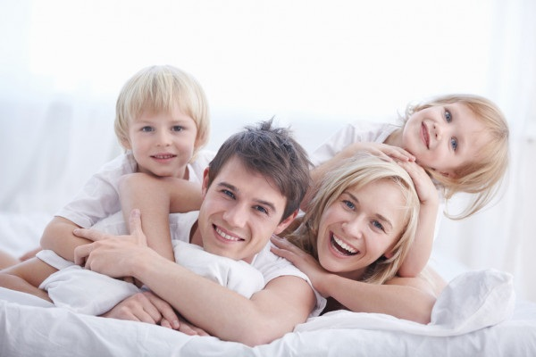 Лучшие картинки семья на диване (11)