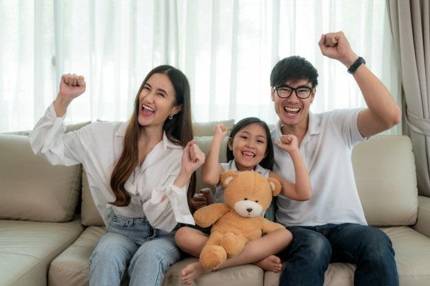 Лучшие картинки семья на диване (5)