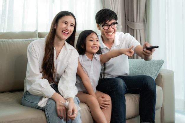 Лучшие картинки семья на диване (6)