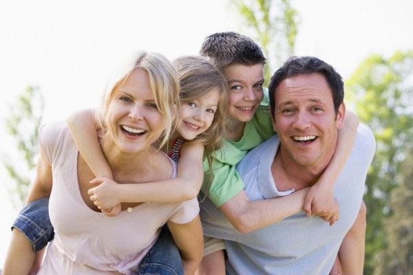 Лучшие картинки семья на диване (7)