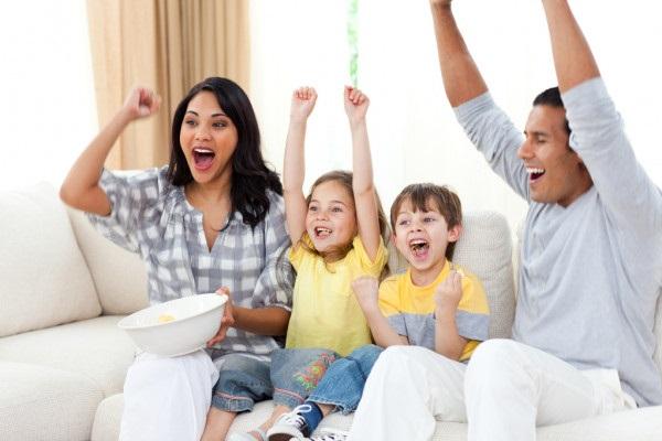 Лучшие картинки семья на диване (8)