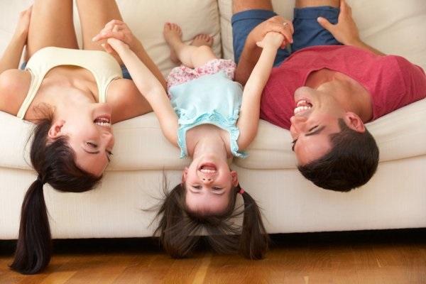 Лучшие картинки семья на диване (9)