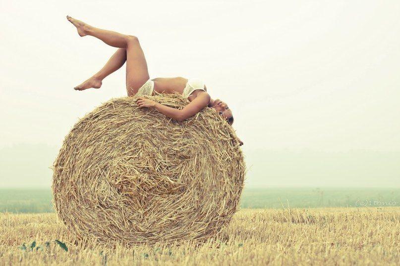Красивая фотосессия на сене в поле (11)