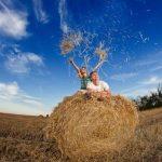 Красивая фотосессия на сене в поле