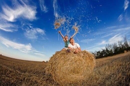 Красивая фотосессия на сене в поле (16)