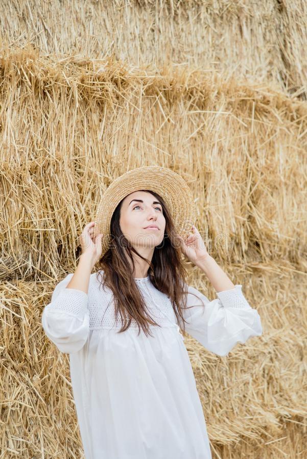 Красивая фотосессия на сене в поле (19)