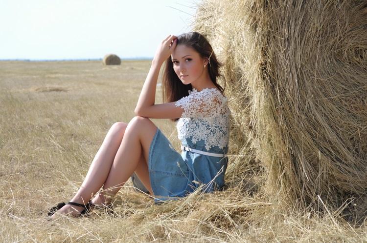 Красивая фотосессия на сене в поле (2)