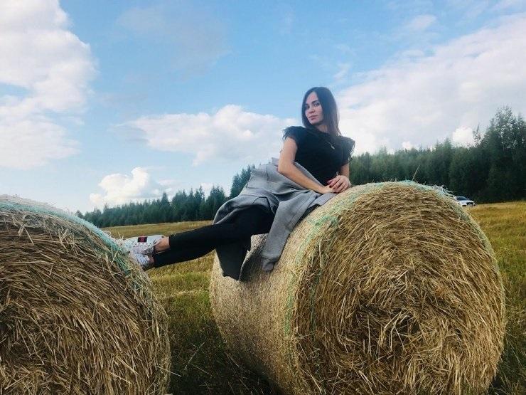 Красивая фотосессия на сене в поле (4)