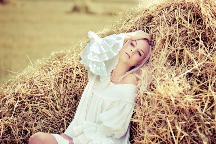 Красивая фотосессия на сене в поле (5)